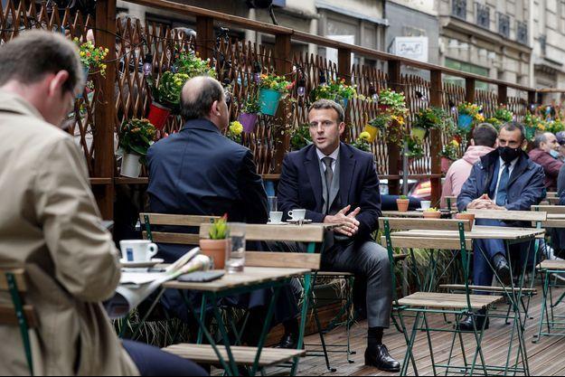 Deconfinement-Macron-et-Castex-prennent-un-cafe-en-terrasse-Le-Maire-y-lit-son-journal